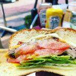 北谷町アメリカンビレッジ「アタビーズ」で肉肉しいハンバーガーを食す。